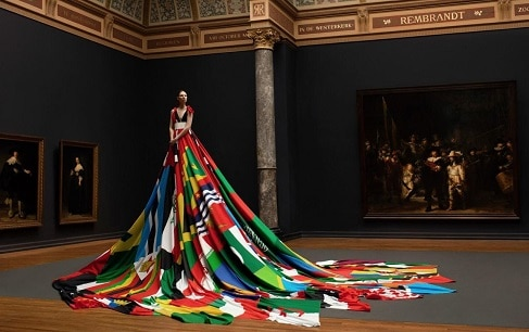 Valentijn Hingh maakt statement met vlaggen jurk